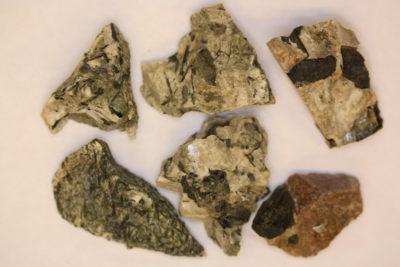 Acmitt krystaller i moderstein 3 til 5cm grupper