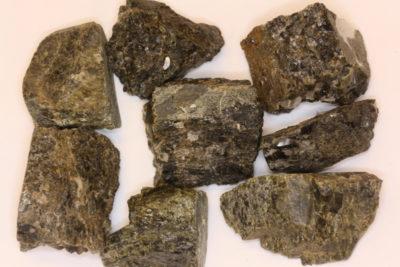 Granat Andraditt  råsteinsbit 2 til 3cm