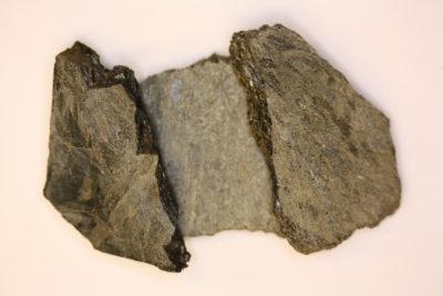 Anthophyllitt råsteinsbit ca 5cm