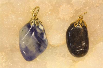 Aventurin blå tulipananheng med gullfarget topp ca 3cm