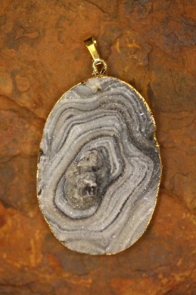 Calcedonrose anheng med gullforgylt bånd rundt 5cm