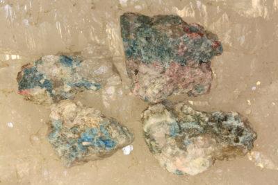 Idocras blå «Cyprin» krystaller i moderstein ca 3cm fra Øvstebø på Sauland i Telemark