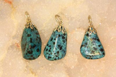 Dalmantinerstein farget blå tulipananheng med sølvfarget topp ca 3cm