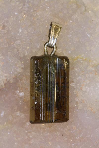 Epidot krystallanheng A 3g 23mm langt med sølvstift