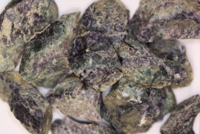 Fluoritt lilla råsteinsbit 3 til 4cm