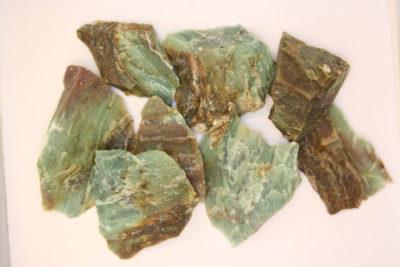 Garnieritt råsteinsbit ca 3cm fra Noumèa i New Caledonia