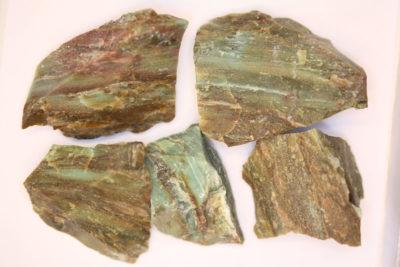 Garnieritt råsteinsbit 4 til 5cm fra Noumèa i New Caledonia