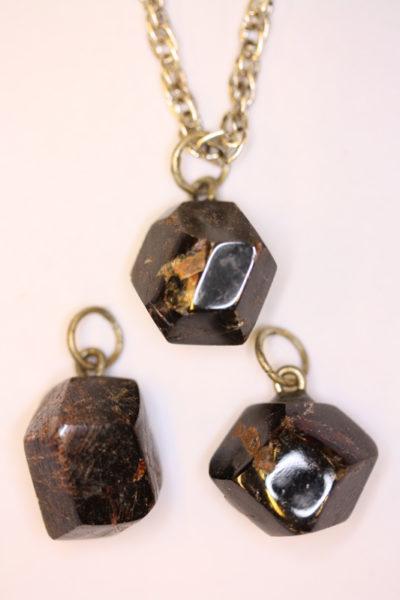 Granat Almandin krystallanheng med sølvstift ca 2cm