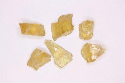 Heliodor Iveland krystallbit ca 1.5ct ca 10mm i mikroeske