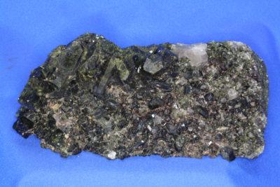 Epidot på moderstein fra Stoa i Arendal 1kg 8x18cm