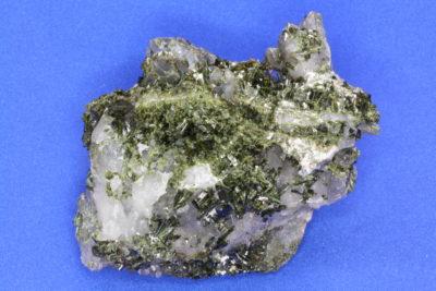 Epidot A på bergkrystall fra Berg i Halden 140g 6.5×6.5cm
