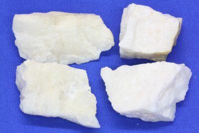 Petalitt hvit  råsteinsbit 4 til 5cm Fra Varuträsk i Sverige