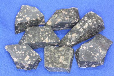 Porfyr sort råsteinsbit 3 til 4cm fra Bærum