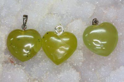 Serpentin grønn hjerteanheng ca 20mm 10mm tykt