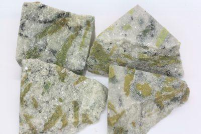 Serpentin magnesitt råsteinsbit 3 til 4cm fra Snarum