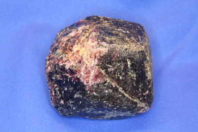 Granat Rhodolitt krystall 0.83kg 8cm