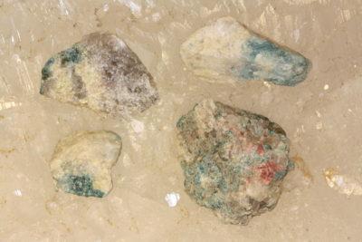 Idocras blå» Cyprin» krystaller i moderstein 2 til 3cm fra Øvstebø på Sauland i Telemark
