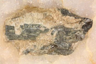 Enstatitt krystall i moderstein 75g 3.5×6.5cm fra Ødegaarden Verk