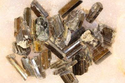 Epidot krystall 1 til 2cm i mikroeske