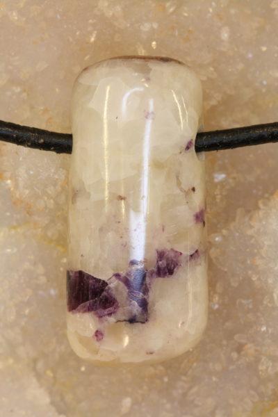 Fluoritt calcitt B håndslipt steinanheng  med 4mm hull 12g 35mm langt
