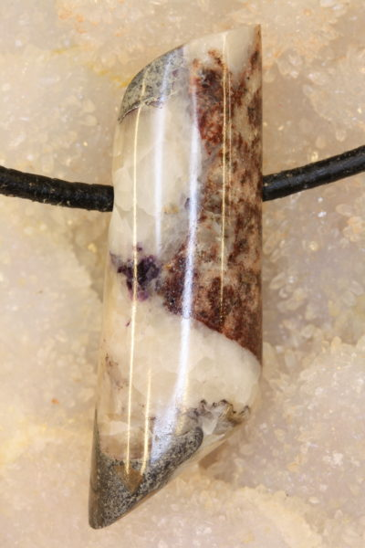 Fluoritt calcitt C håndslipt steinanheng  med 4mm hull 11g 44mm langt
