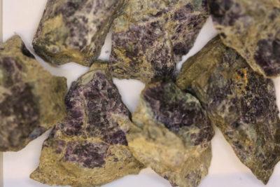Fluoritt lilla råsteinsbit ca 5cm