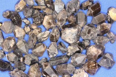 Røykkvarts dobbelt terminert krystall 1 til 1,5cm i mikroeske fra Arkansas USA