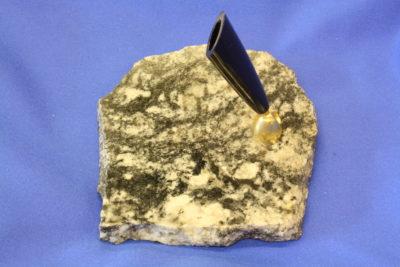 Granat gneis C  pennholder 9x10cm fra Ski i Akershus