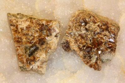 Granat rød  krystaller på moderstein ca 4cm