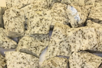 Granitt hvit råsteinsbit 3 til 4cm