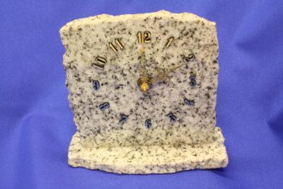 Granitt hvit fotklokke 12cm bred 13cm høy