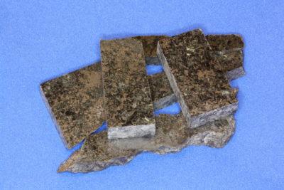 Ilmenitt jernmalm platebit fra Vestby 4 til 5cm