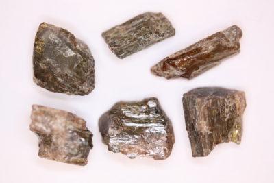 Hiddenitt krystall Brasil 12 til 20mm i mikroeske