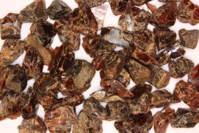 Granat rød krystallbit 10 til 15mm 2 stk i eske ca 10ct