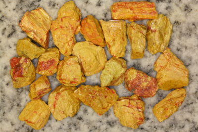Auripigment råsteinsbit 1 til 2cm fra Getchell Mine i Nevada USA i mikroeske