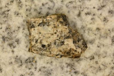 Autunitt i moderstein fra Devonshire i England 32g 2.5×3.5cm