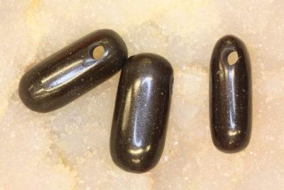Basalt håndslipt steinanheng ca 3cm med 4mm hull