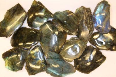 Labradoritt råsteinsbit med polert flate 6 til 8cm