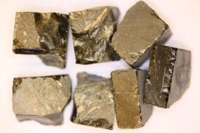 Obsidian gull råsteinsbit 3 til 4cm