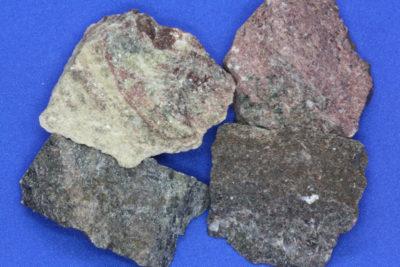 Piedmontitt råsteinsbit 4 til 5cm