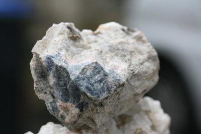 Sodalitt UV med Hackmanitt og Analcim fra fra Saga i Tvedalen ved Larvik 0,33kg 6x10cm
