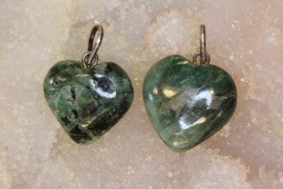 Smaragd hjerteanheng ca 18x6mm