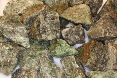 Granat Uvarovitt   krystaller i moderstein ca 3cm