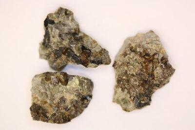Zirkon krystaller i moderstein 3 til 4cm
