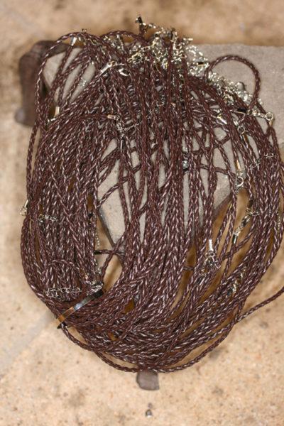 Flettet lær snor brun 3mm x 45cm med karabin lås