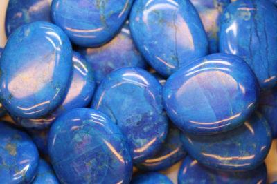 Magnesitt farget blå flat lommestein 4-5cm