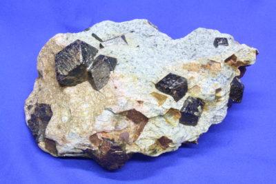 Almandin krystaller i moderstein 1kg 10x14cm fra Buvika ved Fauske Norge