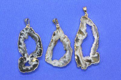Agat geode anheng med gull innfatning 4 til 5cm