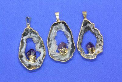 Agat geode anheng og ametyst med gull innfatning 4 til 5cm