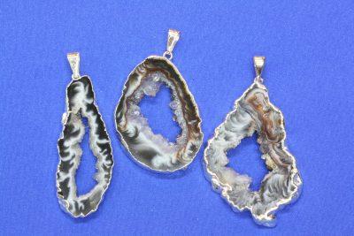 Agat geode anheng med sølv innfatning 4 til 5cm